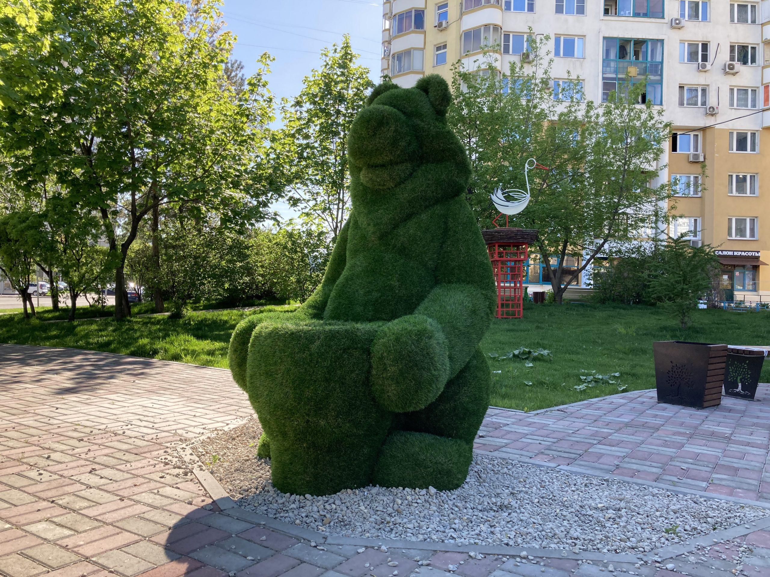 """МАФ Медведь с корзиной, Топиарная фигура Медведь с корзиной, Медведь с корзиной из искуственного газона, МАФ ЛЕВ, МАФ Ландшафтная фигура топиари Топиарная фигура Лавочка Sherwood, светлого цветаТопиарная фигура """"Лев"""""""
